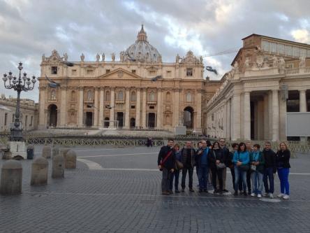 Il gruppo in Piazza San Pietro alle 7 del mattino