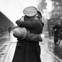 """""""Un ultimo abbraccio"""". La donna e la guerra."""